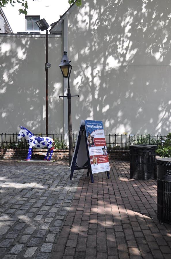 Philadelphfia, o 4 de agosto: Betsy Ross Courtyard House de Philadelphfia em Pensilvânia imagem de stock royalty free