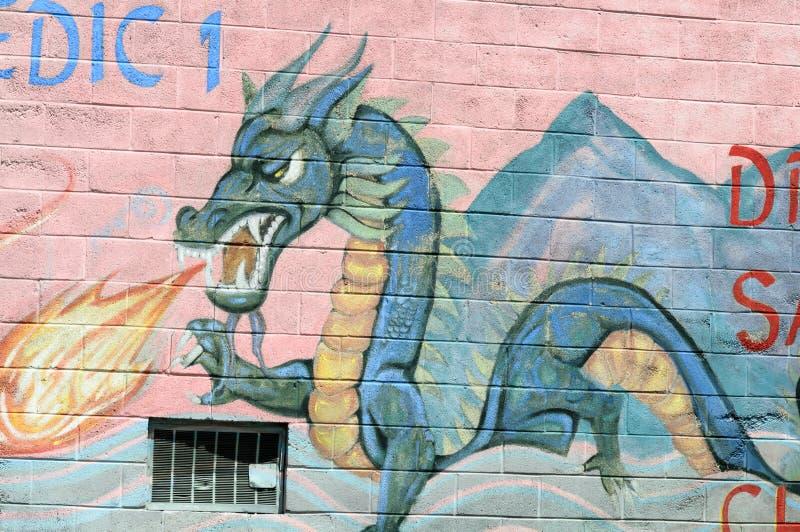 PHILADELPHFIA, PA - 14 DE MAIO: Ateie fogo à pintura mural de respiração da arte finala do graffti do dragão na seção do bairro c foto de stock