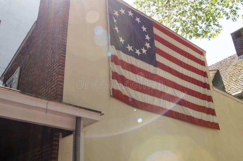 PHILADELPHFIA, PA - 14 DE MAIO: O americano bandeira histórica de treze pontos nomeou frequentemente a bandeira de Betsy Ross, na fotografia de stock royalty free