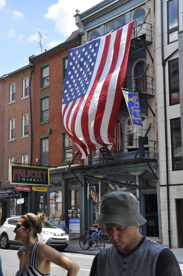 Philadelphfia, PA, o 3 de julho: Baixa da opinião da rua e bandeira do Estados Unidos de Philadelphfia em Pensilvânia EUA imagem de stock
