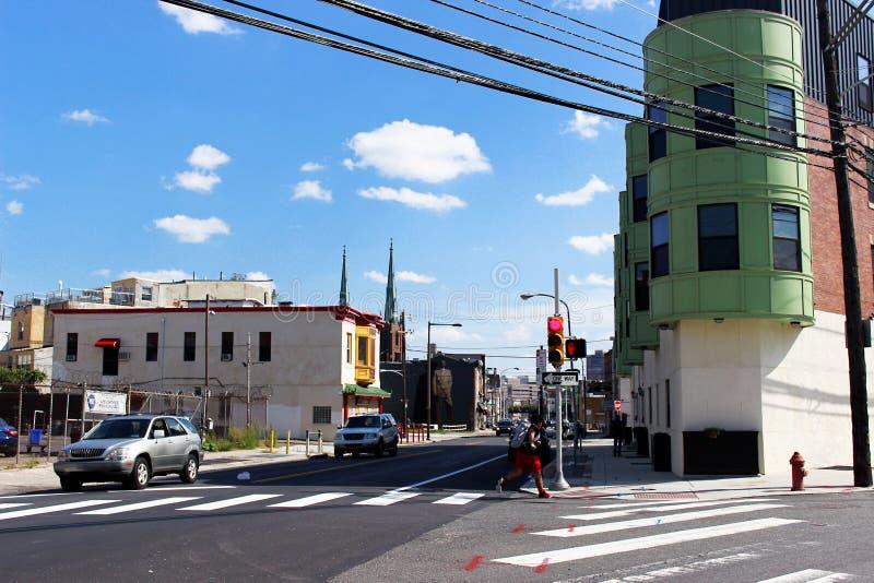 Philadelphia City, Pennsylvania Vereinigte Staaten 2. September 2017 Ein grünes Haus an der Kreuzung in Philadelphia Ausläufer de lizenzfreie stockbilder