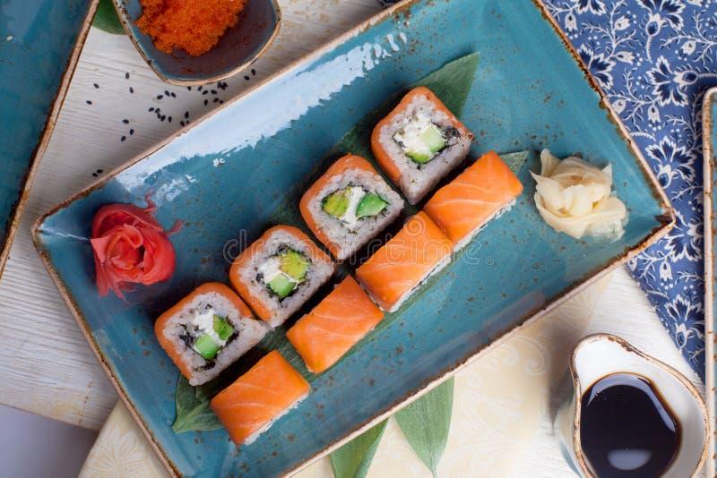 Philadelphia con el rollo de sushi del aguacate en la opinión inmóvil de la vida desde arriba imágenes de archivo libres de regalías