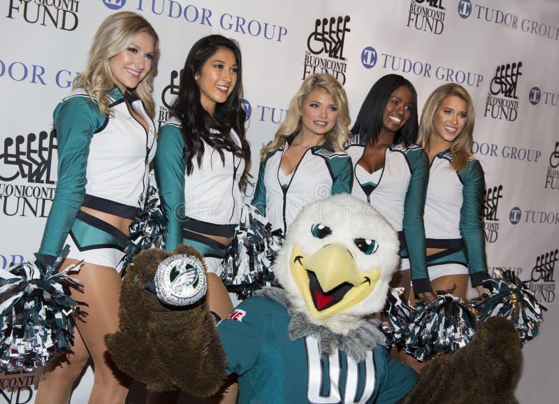 Philadelphia Eagleshejaklacksledare och maskot royaltyfria bilder