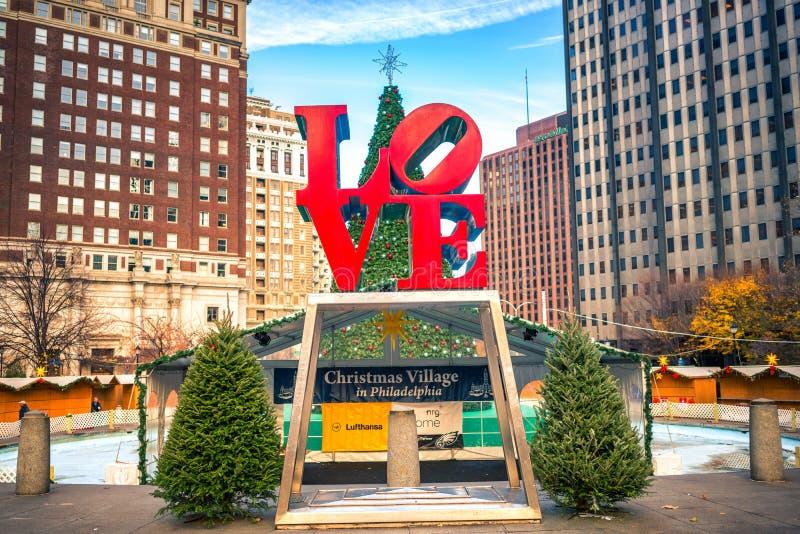 PHILADELPHIA - NOVEMBER, 30: Förälskelse Park som namnges efter förälskelsestatyn i Philadelphia, USA på jultid, på November arkivfoto
