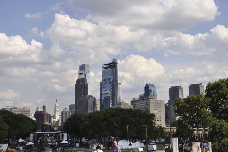 Philadelphia, PA, el 3 de julio: Horizonte y Benjamin Franklin Parkway de Philadelphia en Pennsylvania los E.E.U.U. imagen de archivo libre de regalías