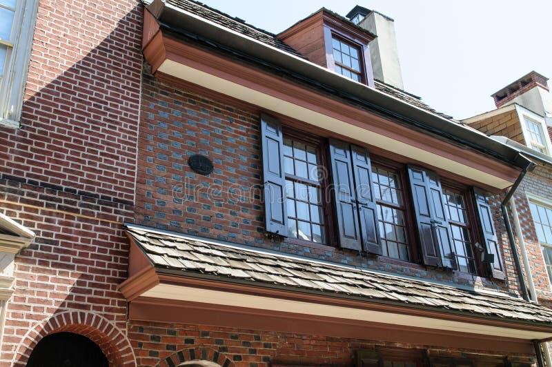 PHILADELPHIA PA - MAJ 14: Den historiska gamla staden i Philadelphia, Pennsylvania Gränd för Elfreth ` som s ses till som royaltyfria bilder