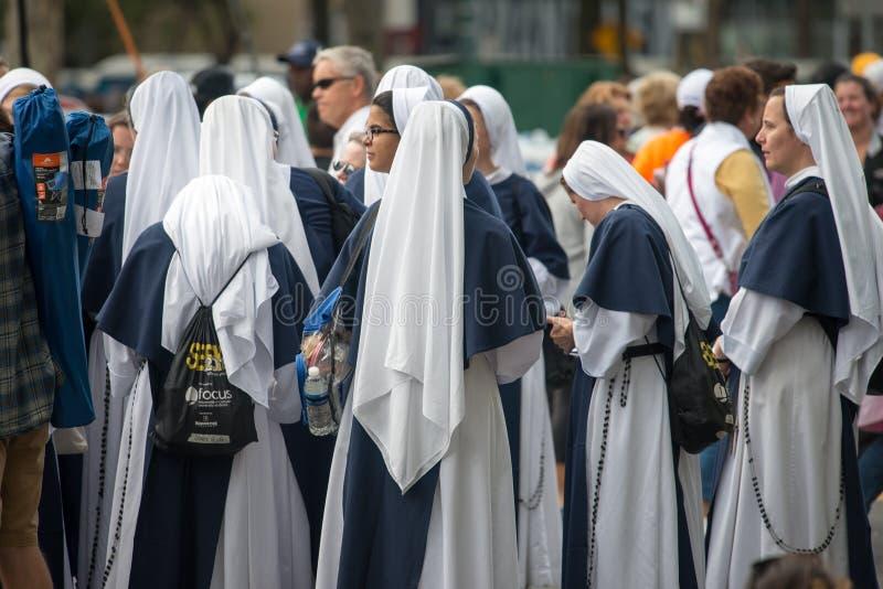 PHILADELPHIA, PA - 26 SEPTEMBER: De menigten van mensen komen op Benjamin Franklin Parkway in Centrumstad Philadelphia aan aan royalty-vrije stock foto