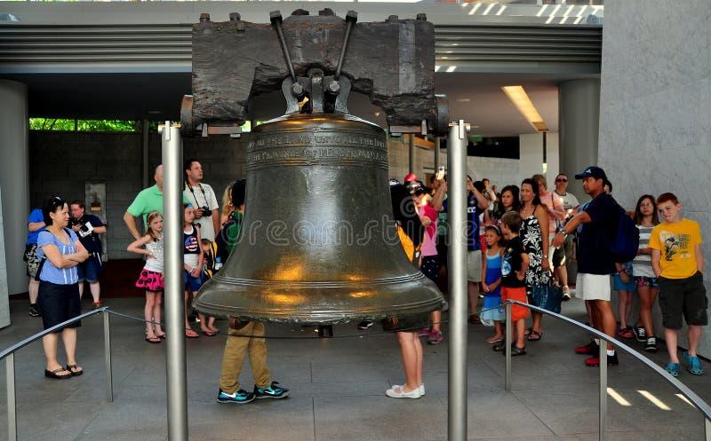Philadelphia, PA: Visitantes en Liberty Bell fotografía de archivo