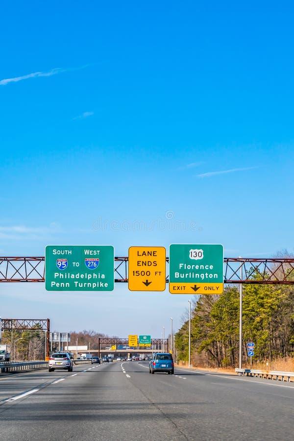 Philadelphia, Pennsylvania, de V.S. - December, 2018 - Verkeersteken op de Weg van New York tot Philadelphia, die richtingen geve royalty-vrije stock afbeelding