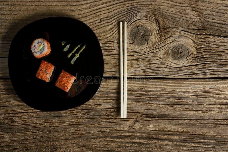 Philadelphia rullsushi med laxen, rökt ål, gurka, avokado, gräddost royaltyfri foto