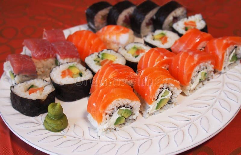 Philadelphia rullsushi med laxen, rökt ål, gurka, avokado, gräddost, röd kaviar Sushimeny Japansk mat Sunt f royaltyfria bilder
