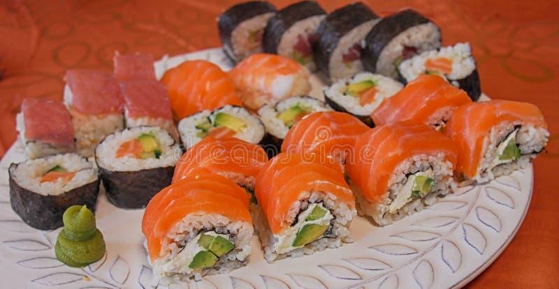 Philadelphia rullsushi med laxen, rökt ål, gurka, avokado, gräddost, röd kaviar Sushimeny Japansk mat Sunt f arkivbilder