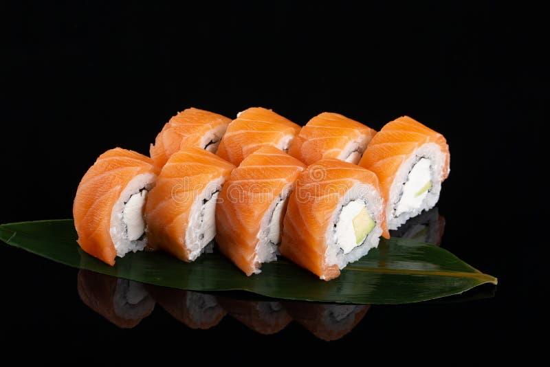 Philadelphia rullsushi med laxen, r?ka, avokado, gr?ddost Sushimeny Japansk mat royaltyfri bild