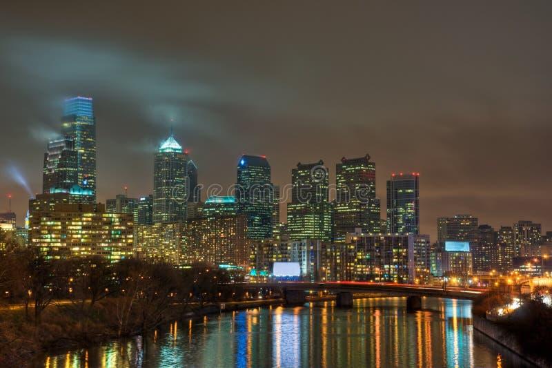 Philadelphia-Skyline nachts stockbilder