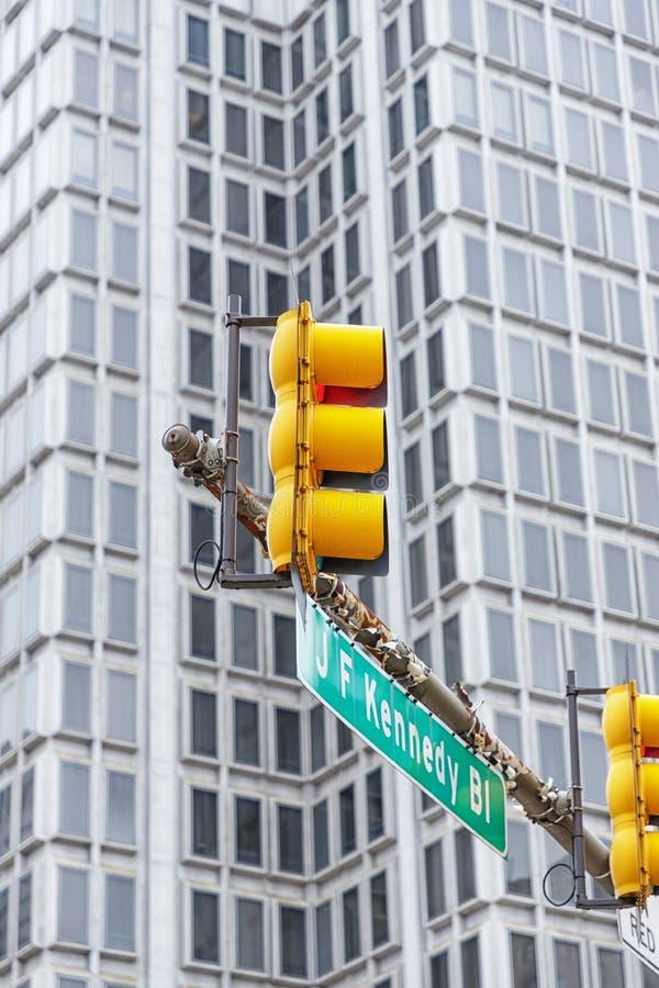 Philadelphia USA Juni 23, 2018 Ljus gul trafikljus i midtownen av staden arkivbilder