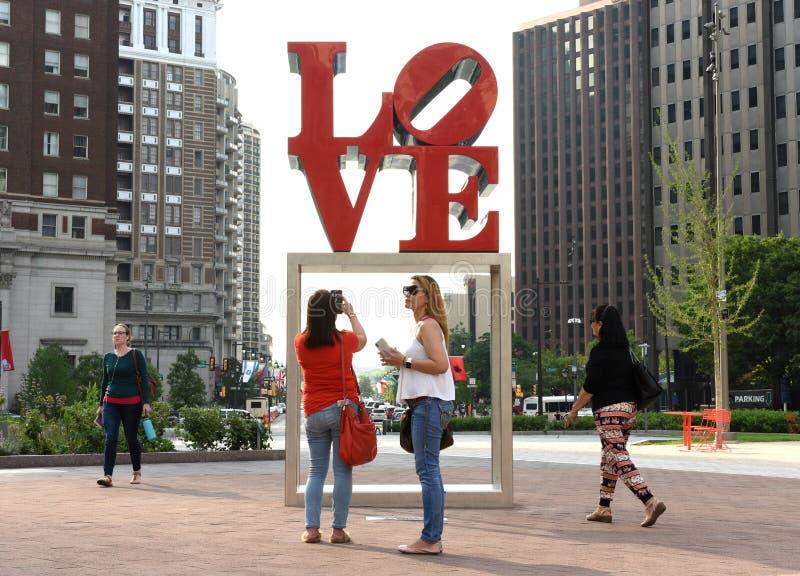 Philadelphia USA - Maj 29, 2018: Folk nära förälskelsestatyn in arkivfoton