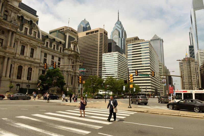 Philadelphia USA - Maj 29, 2018: Folk och bilar i centrum av arkivbilder