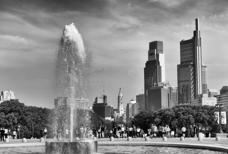 Philadelphia USA - Maj 29, 2018: Folk runt om springbrunnen nära Philadelphia konstmuseum- och Philadelphia sikt på royaltyfri bild