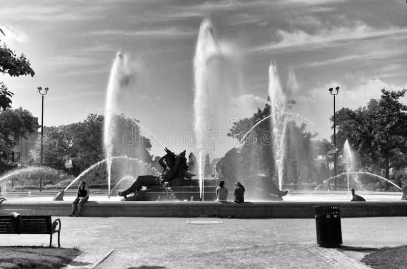 Philadelphia USA - Maj 29, 2018: Folk som placeras nära Swann Memorial Fountain i mitten av Philadelphia, PA, USA royaltyfri fotografi