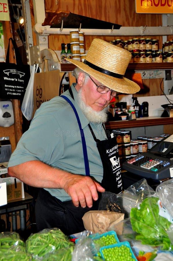 Philadelpjhia, PA: Uomo di Amish che vende alimento al mercato fotografia stock