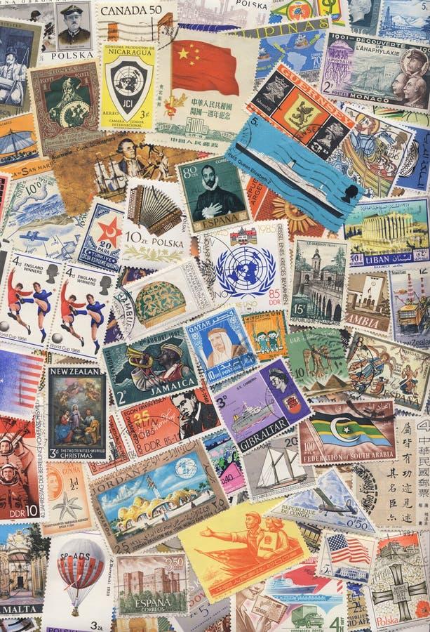 Philately - Montieren der Briefmarken stockbild