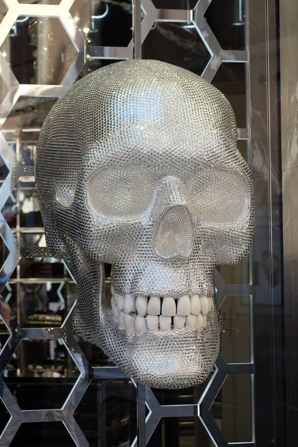 Philipp Plein-Shop mit einem glänzenden Schädel gelegen auf Piazza di Spagna, nahe über Condotti in Rom stockfoto