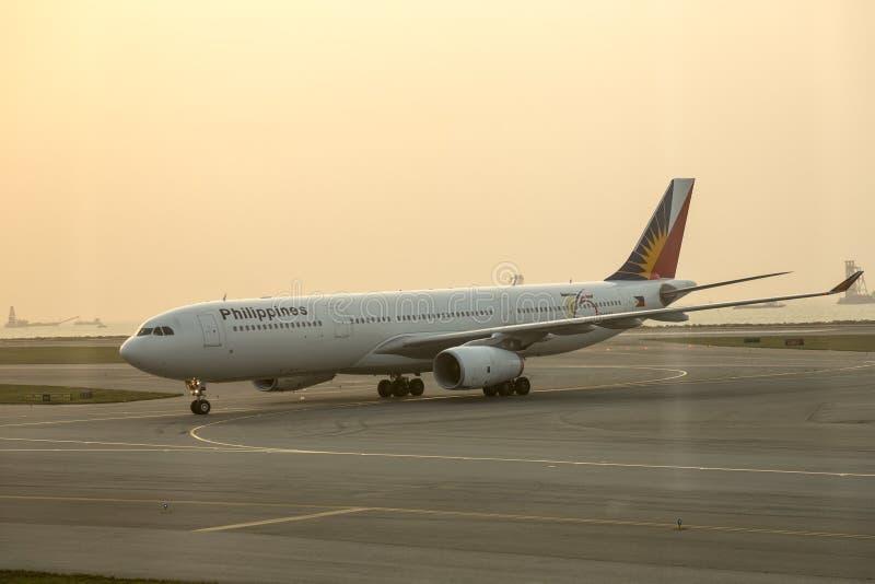 Philippine Airlines en la pista de despeque del aeropuerto de Hong Kong foto de archivo