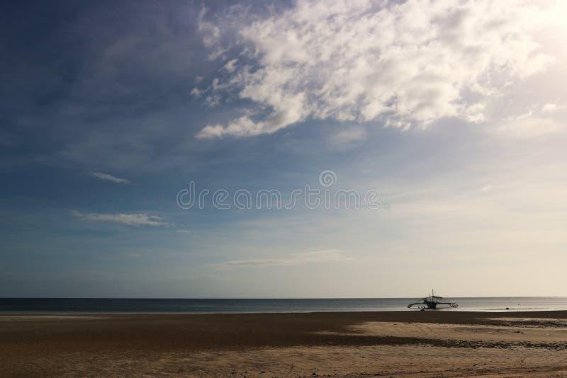 Philippinen-Boot auf einem Strand lizenzfreies stockfoto