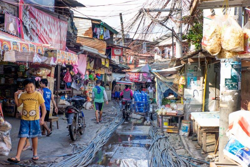 Philippines-28 11 2016: La calle local en pequeña ciudad filipina imagen de archivo