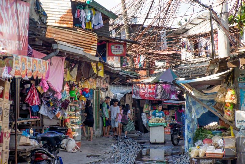 Philippines-28 11 2016: La calle local en pequeña ciudad filipina imagenes de archivo
