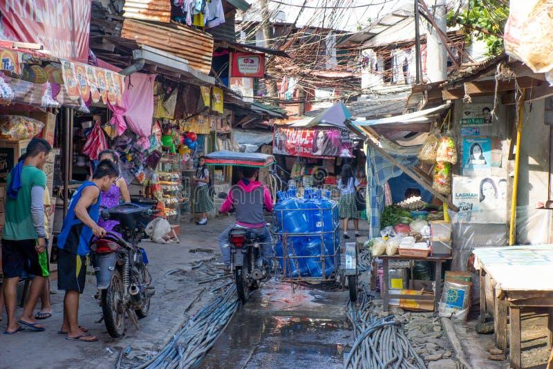 Philippines-28 11 2016: La calle local en pequeña ciudad filipina fotos de archivo