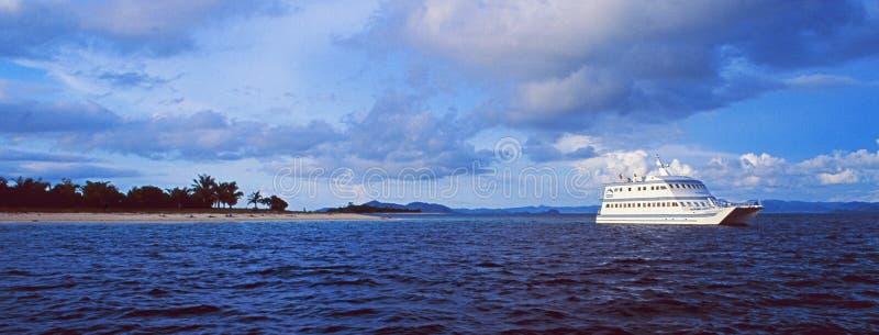 Philippines : Un bateau de croisière de luxe croisant par les îles de Calmanian photos stock