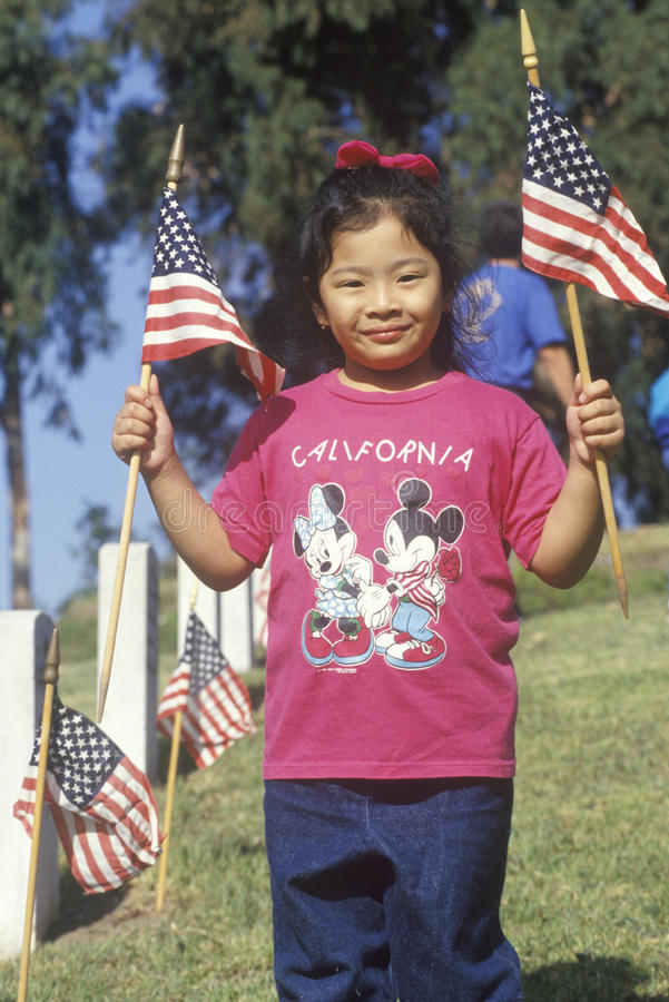 Philippinisch-amerikanische Mädchen mit amerikanischen Flaggen, Los Angeles, Kalifornien lizenzfreie stockfotografie