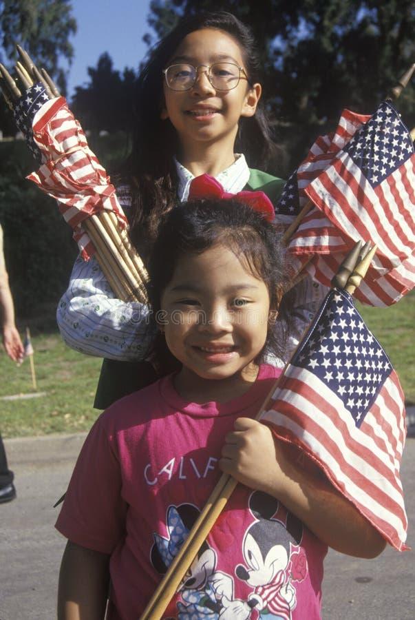 Philippinisch-amerikanische Mädchen mit amerikanischen Flaggen, Los Angeles, Kalifornien lizenzfreie stockfotos