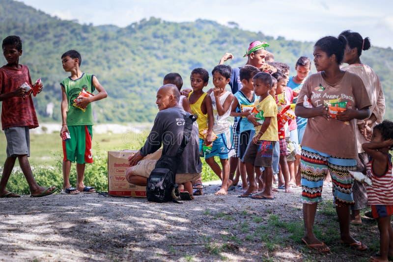 Frohe Weihnachten Philippinisch.Philippinische Kinder Die In Einer Linie Stehen Und Snack In Ihrem