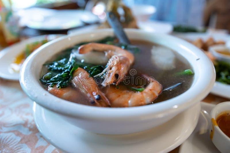 Philippinische traditionelle Nahrung - Garnele Sinigang stockfoto