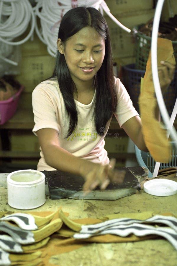 Philippinischer weiblicher Arbeiter, der in der Schuhfabrik arbeitet lizenzfreie stockbilder