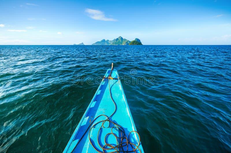 Philippinisches Boot segelt zu den Inseln auf dem Horizont stockbilder
