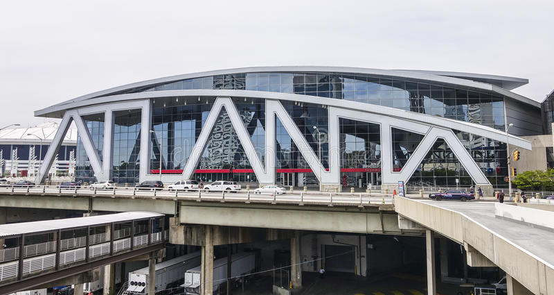 Philips Arena in Atanta im Stadtzentrum gelegenes - große Atlanta-Buchstaben - ATLANTA, GEORGIA - 21. April 2016 stockfotografie