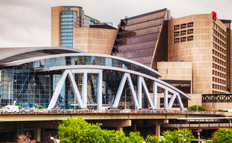 Philips Arena e centro do CNN em Atlanta imagem de stock royalty free