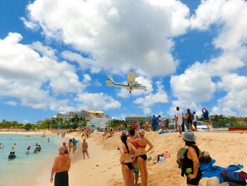Philipsburg, Sint Maarten - 14 de maio de 2016: A praia em Maho Bay imagens de stock