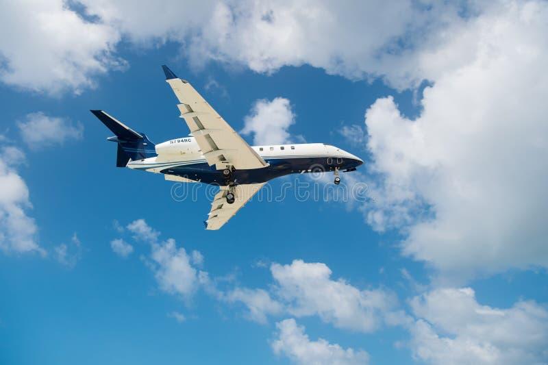 Philipsburg Sint Maarten - Februari 13, 2016: flygplanfluga på molnig blå himmel Nivå i moln Stråle på flyg på solig dag Trave arkivfoton