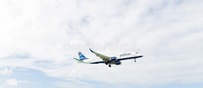 Philipsburg, Sint Maarten - 24 janvier 2016 : jet sur le vol en nuages Les avions volent sur le ciel nuageux Avion le jour ensole photographie stock libre de droits