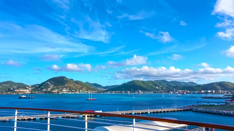 Philipsburg, Sint Maarten - la vista del lado holandés de St Maarten imagenes de archivo