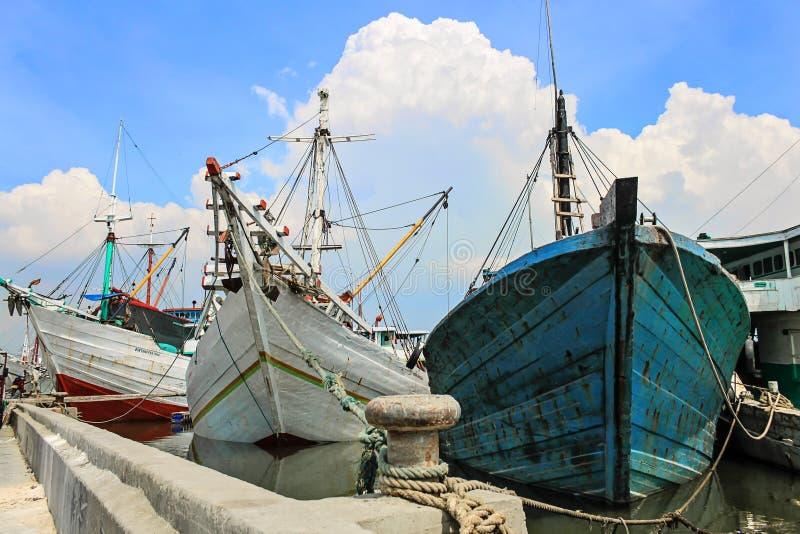 Phinisi-Schiff in Hafen Sunda Kelapa, Jakarta, Indonesien lizenzfreie stockfotos