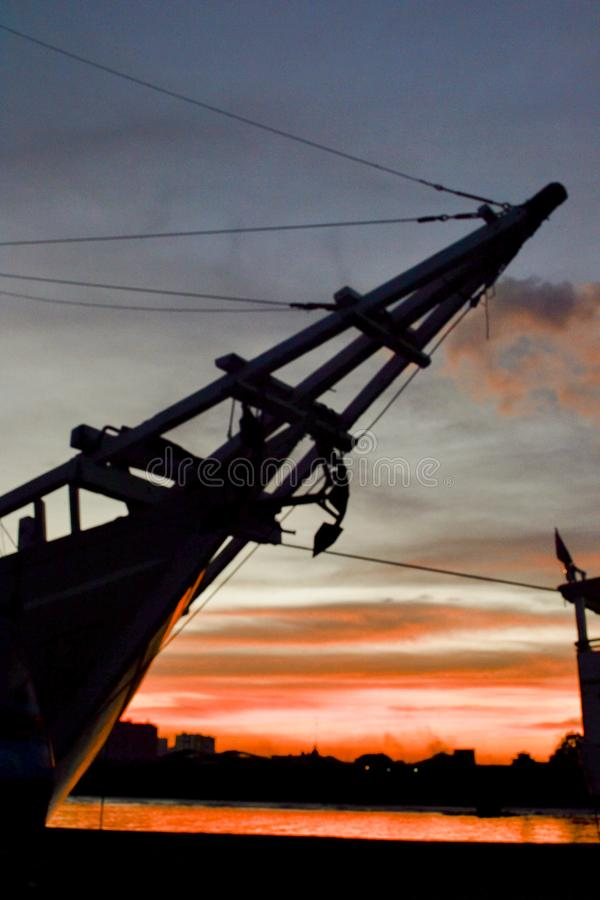 Phinisi-Schiff mit dem Sonnenuntergangmoment lizenzfreies stockfoto