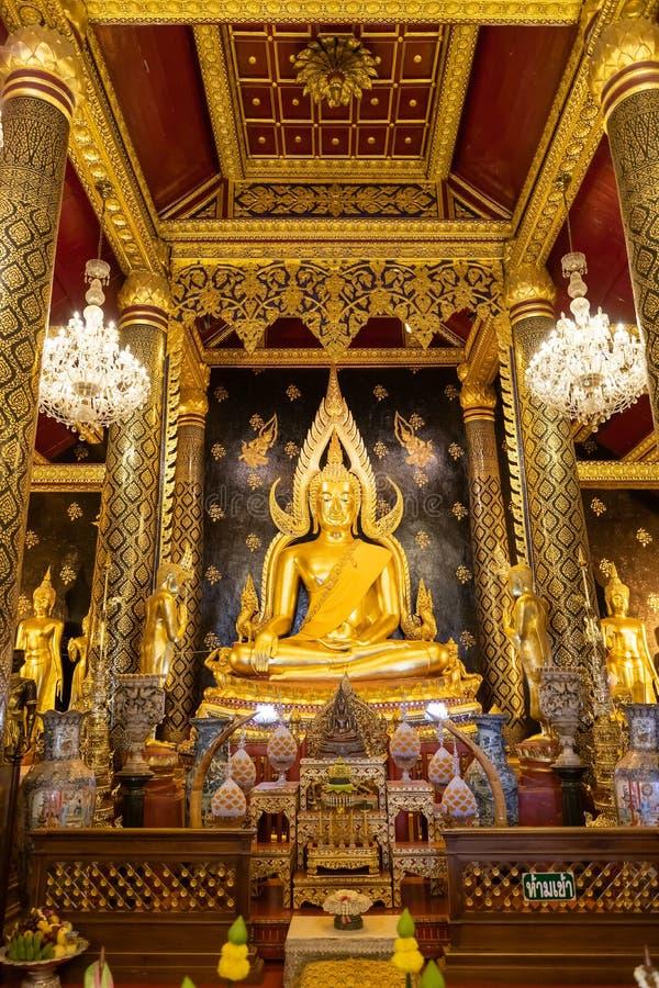 Phitsanulok, Tailândia - 30 de dezembro de 2018: Estátua de Chinnarat da Buda de Phra na capela em Wat Phra Sri Rattana Mahathat  imagens de stock