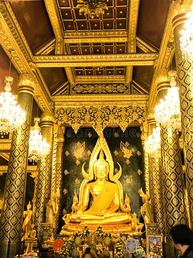 Phitsanulok, Tailândia - 11 de maio, 2018: Estátuas da Buda no templo velho Phra Phuttha Chinarat na província de Phitsanulok, imagem de stock