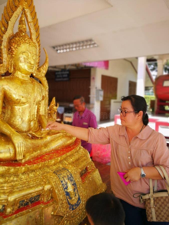 PHITSANULOK, TAILANDIA - 31 DE OCTUBRE DE 2018: Los budistas hacen el mérito, Gil imagen de archivo