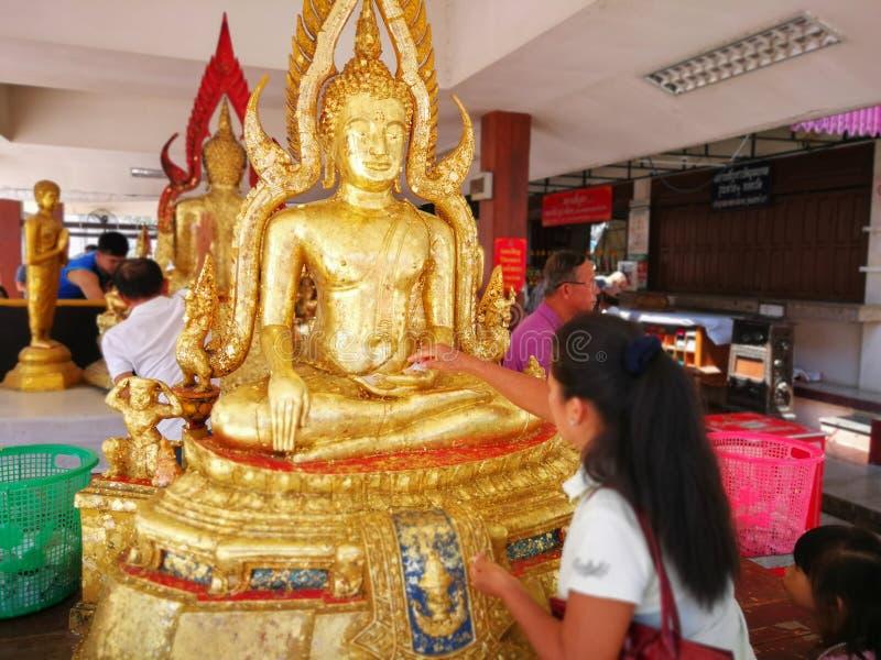 PHITSANULOK, TAILANDIA - 31 DE OCTUBRE DE 2018: Los budistas hacen el mérito, Gil foto de archivo